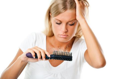 סובלת מנשירת שיער? ייתכן שהלחץ והסטרס עושים את שלהם!